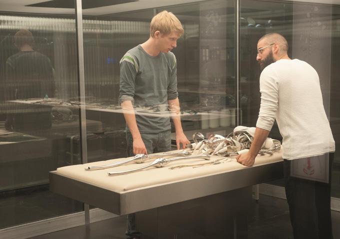 Domhnall Gleeson & Oscar Isaac in 'Ex Machina'