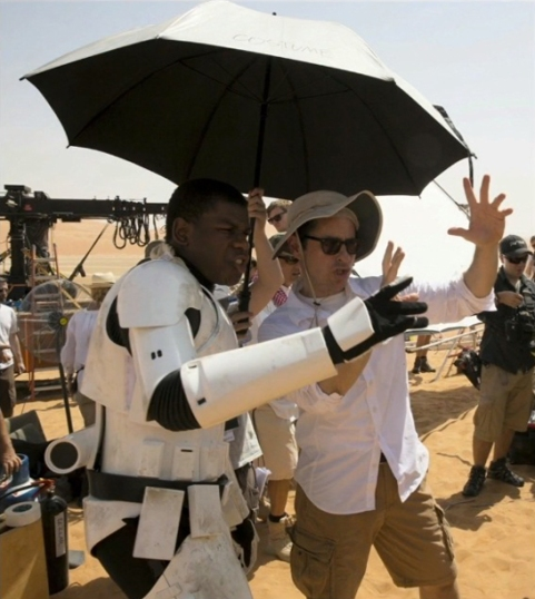 John Boyega & J.J. Abrams on set 'Star Wars: The Foce Awakens'