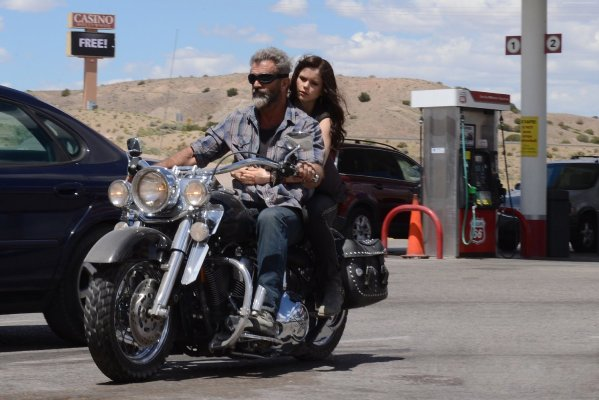 Mel Gibson & Erin Moriarty in Blod Father