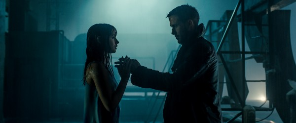 Ana de Armas & Ryan Gosling in Blade Runne 2049