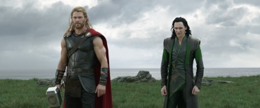 Chris Hemsworth & Tom Hiddleston in Thor: Ragnarok
