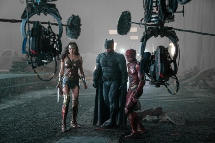 justice-league-gal-gadot-ben-affleck-ezra-miller-set-photo-600x400