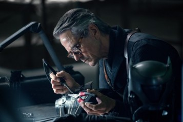 justice-league-jeremy-irons-600x400